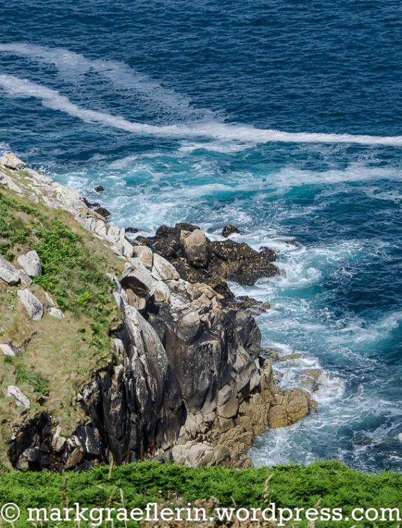 ...die Wellen rauschen und enden mit einem lauten Knall am Felsen