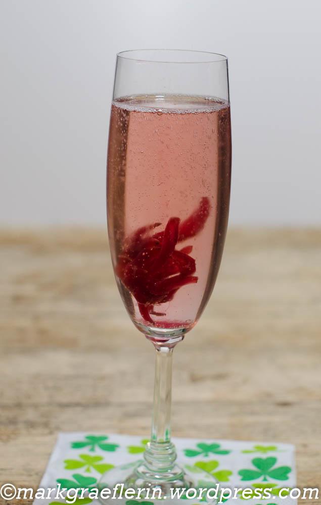 Silvester Apéro: Blätterteighappen mit Schinken-Zwiebel-Füllung, Birne-Brie-Füllung (oder Roquefort/Gorgonzola) und Cuvée blanc – alkoholfrei – mit Hibiskusblüte